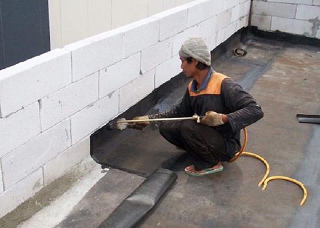 Chống thấm ngược tường nhà bằng bitum đàn hồi